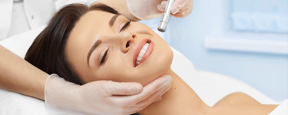Η δερμοαπόξεση με μικροκρυστάλλους εφαρμόζεται στο πρόσωπο, στην πλάτη, το στέρνο, τους βραχίονες ή όπου εντοπίζεται λιπαρότητα λόγω των εκκρίσεων των σμηγματογόνων αδένων.